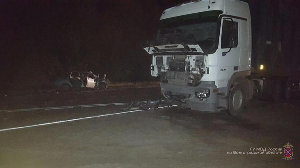 Легковая машина врезалась вбольшегруз натрассе вВолгоградской области