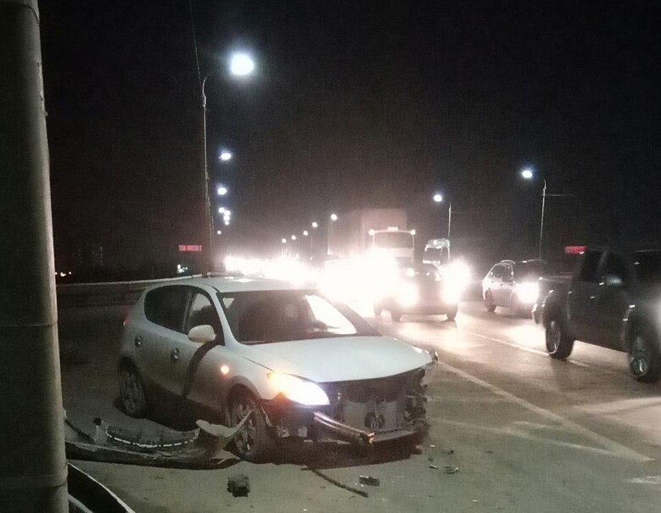 Навыезде изВолгограда «семерка» протаранила пешеходное ограждение