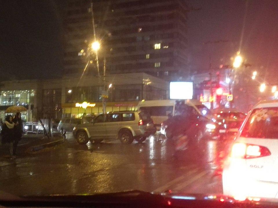 Вцентре Волгограда маршрутка врезалась во джип: есть пострадавшие