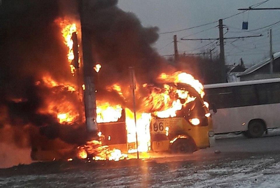 Вцентре Волгограда утром зажегся микроавтобус