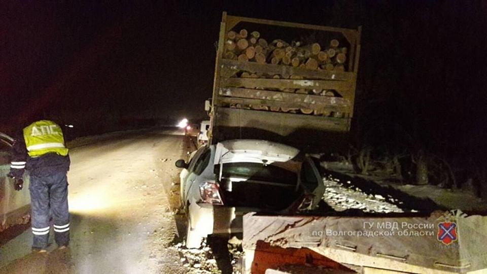 ВВолгограде иностранная машина протаранила «КАМАЗ», пострадали два человека