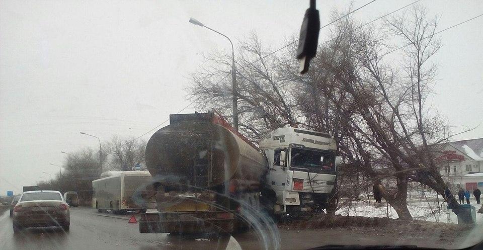 ВВолгограде автобус въехал вбензовоз