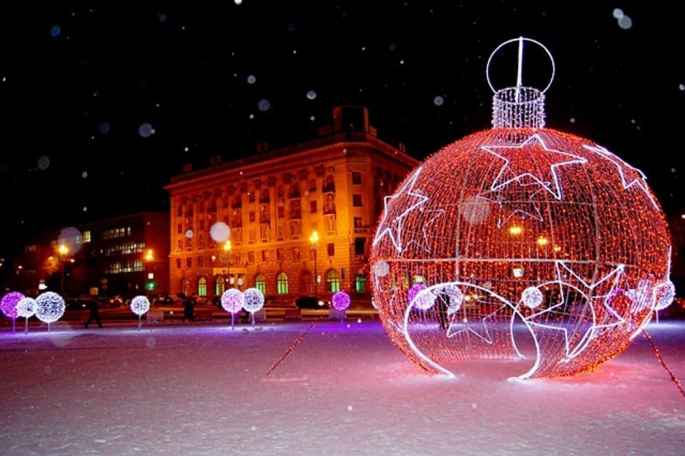 Улицы Волгограда украсили светодиодный шар, «танцующие сосульки» и200 плакатов споздравлениями