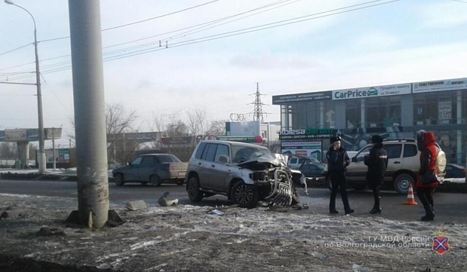 ВВолгоградской области заместитель начальника ФСИН врезался навнедорожнике врекламный щит