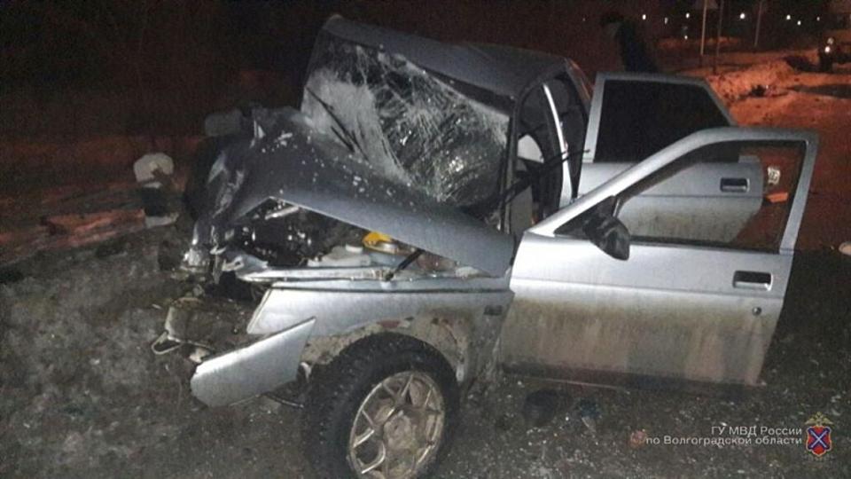 Один человек умер при столкновении легковушки иавтобуса вВолгоградской области