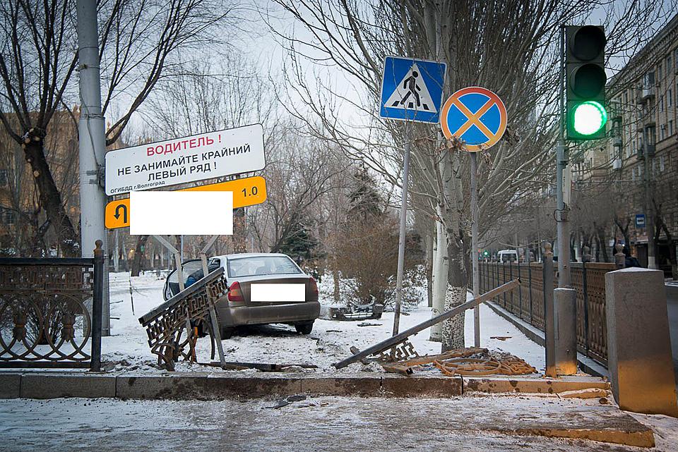 Женщина на Хёндай снесла ограду вцентре Волгограда