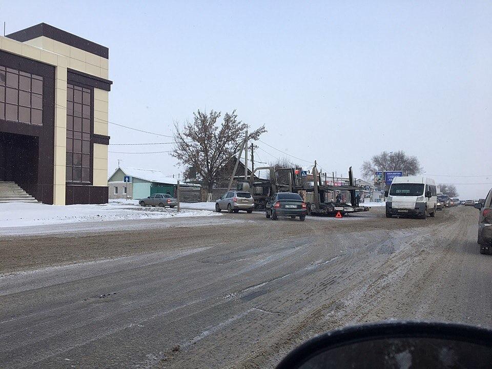 Автовоз протаранил столб вВолгограде