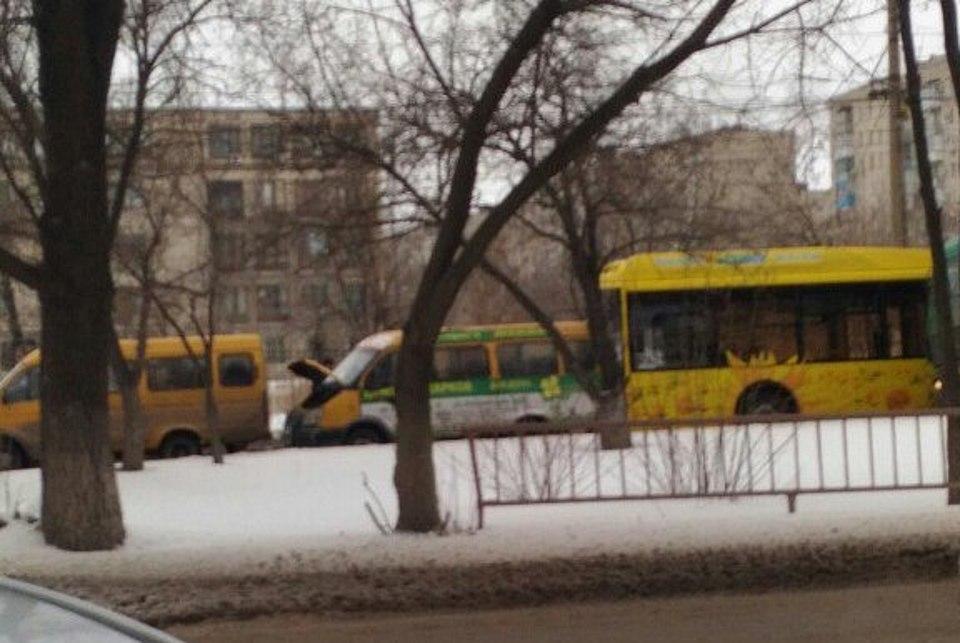 ВВолгограде новый автобус въехал вмаршрутку на 2-ой Продольной