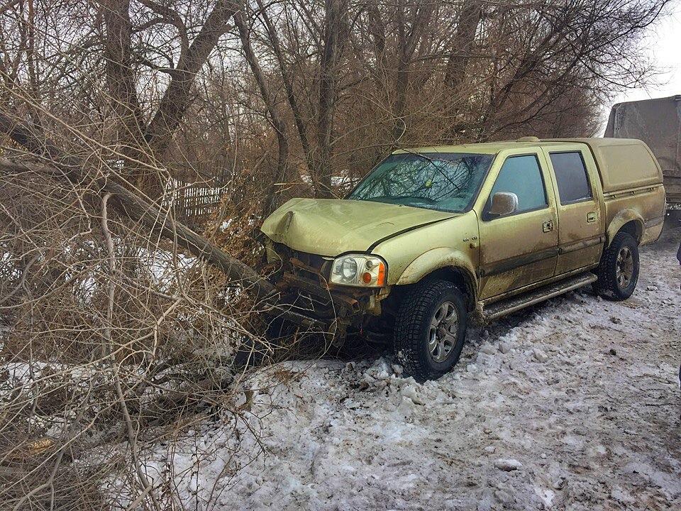 ВВолгоградской области подрезанный маршруткой вседорожный автомобиль влетел вдерево