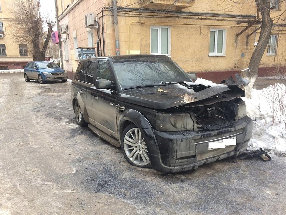 Свидетели сняли навидео пылающую иномарку вцентре Волгограда