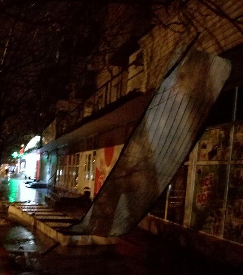 ВВолгограде рекламная вывеска смагазина рухнула натротуар