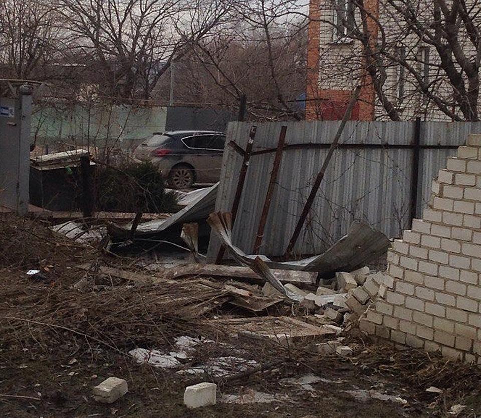 ВВолгограде угнанная иностранная машина въехала водвор частного дома