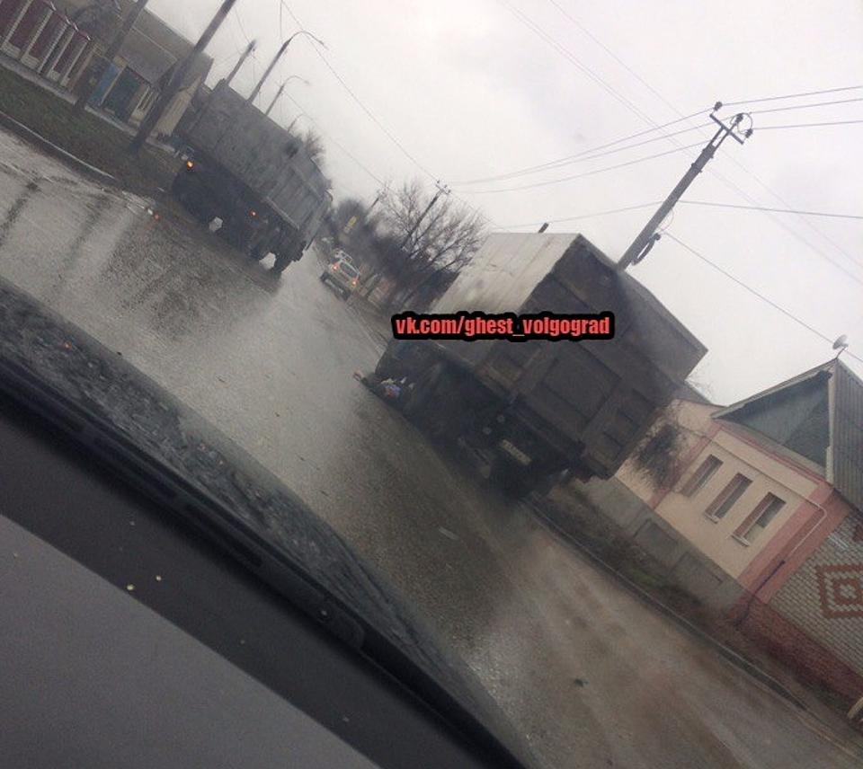 ВВолгограде умер мужчина-пешеход, попавшись под колеса сразу 2-х фургонов
