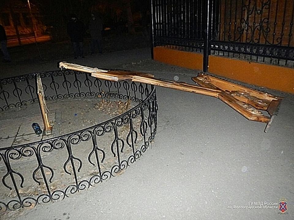 Сломанный молодыми вандалами крест восстановили ухрама вцентре Волгограда