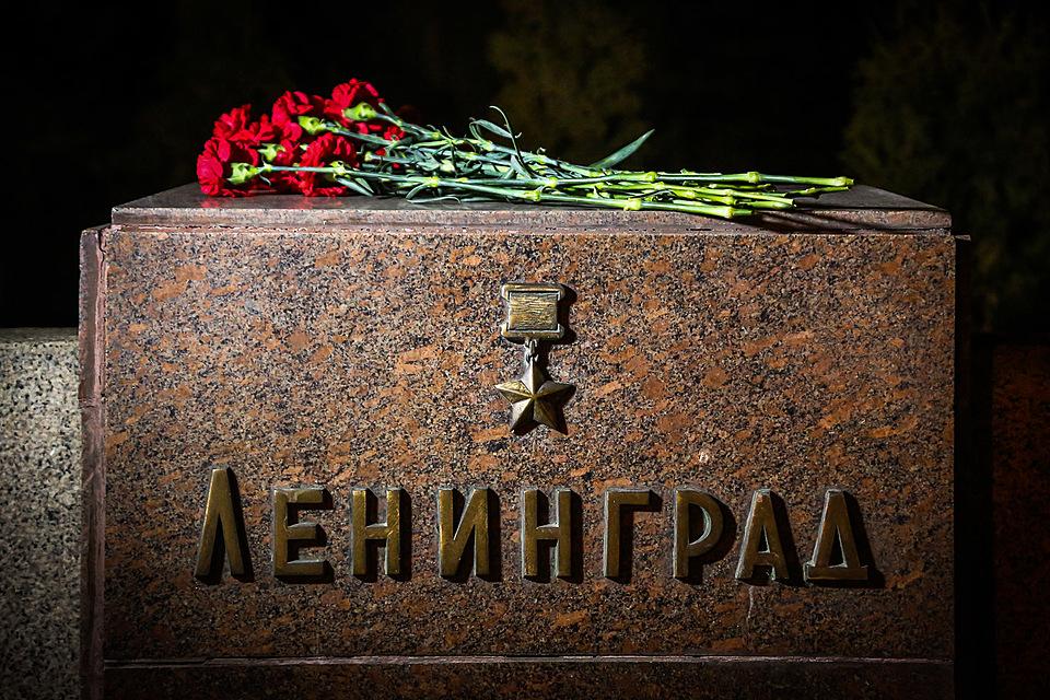 Волгоградцы несут цветы кстеле Ленинграда наМамаевом кургане
