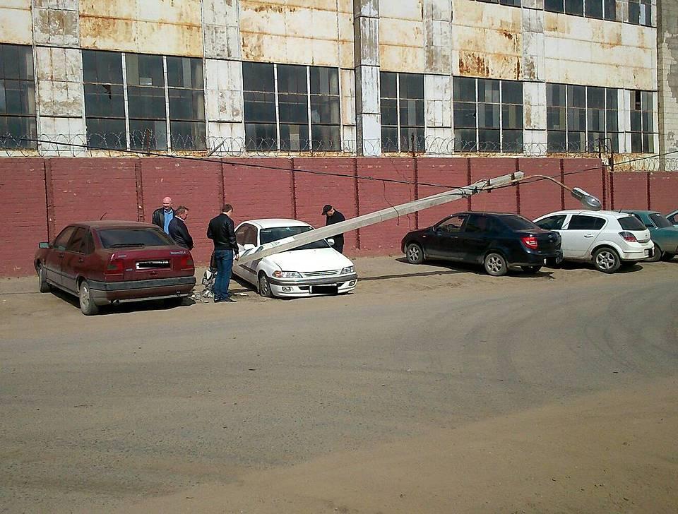 ВВолгограде фонарный столб рухнул наприпаркованные автомобили