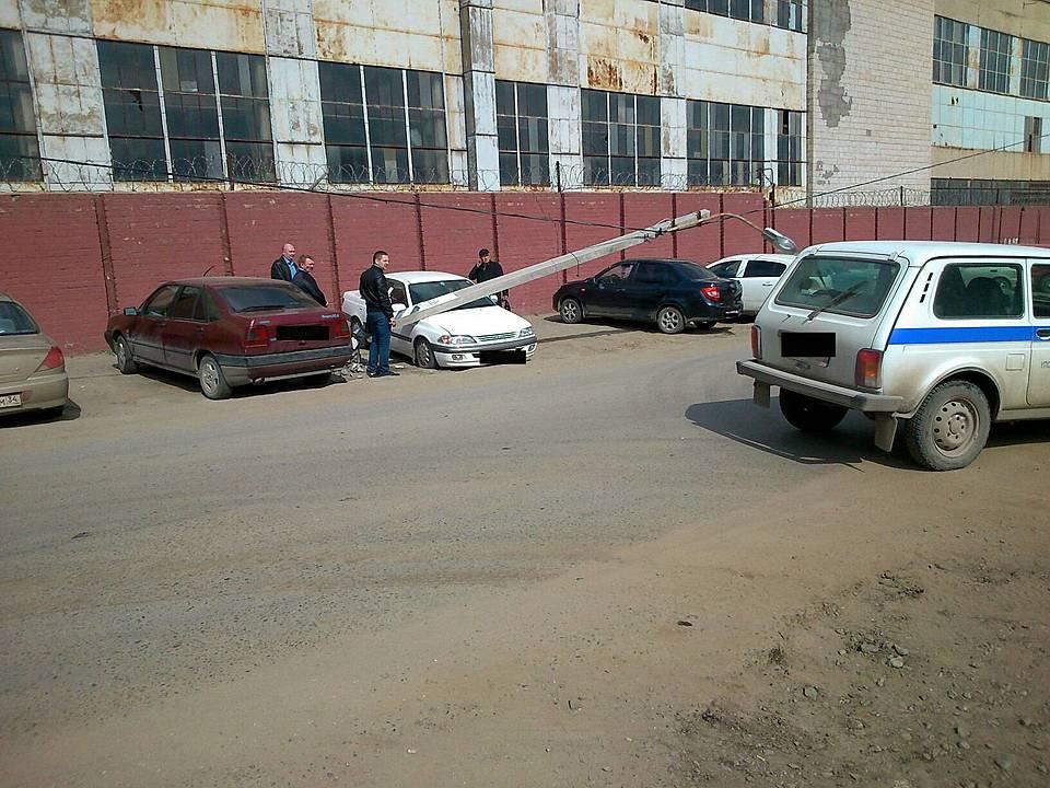 ВТракторозаводском районе наприпаркованную машину упал столб