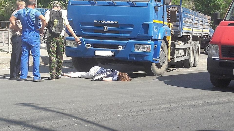 ВКраснооктябрьском районе Волгограда КамАЗ насмерть сбил женщину назебре