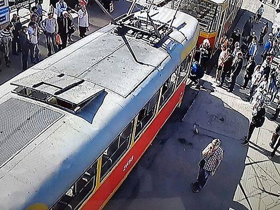 Восьмиклассница угодила под вагон трамвая ипогибла вВолгограде