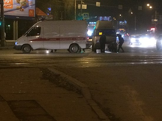Маршрутка врезалась вкарету скорой помощи в основном районе Волгограда