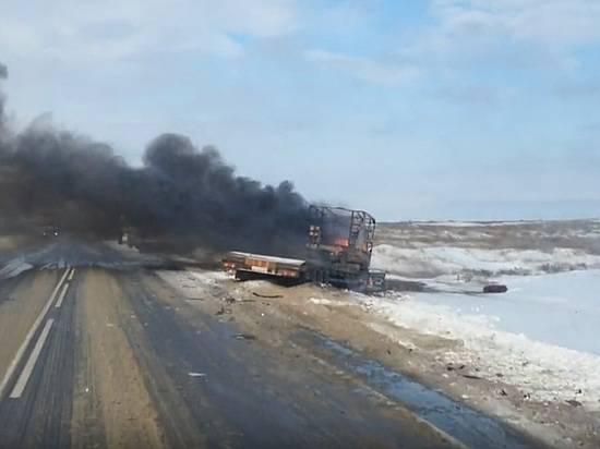 Грузовой автомобиль сприцепом илегковушка столкнулись изагорелись вВолгоградской области