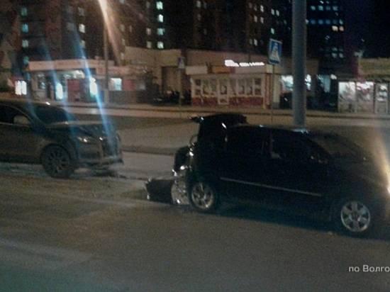 «Тайоту» отбросило надевушек-пешеходов после ДТП вцентре Волгограда