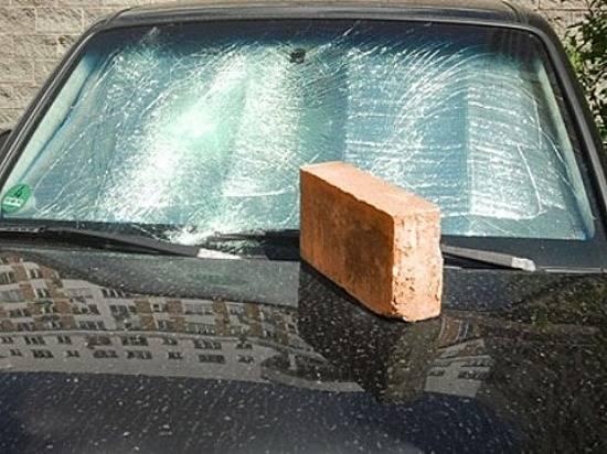ВВолгограде 37-летний мужчина бросил вчужую иномарку булыжник