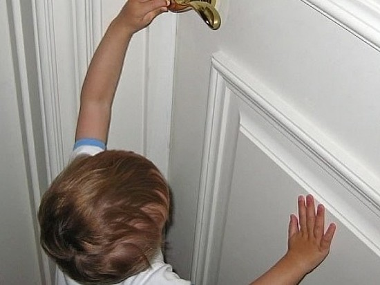 Cотрудники экстренных служб оказали помощь ребенку, оставшемуся без присмотра взрослых