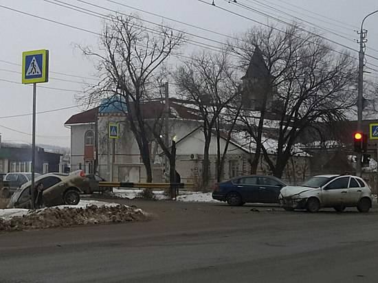 ВКировском районе «Лада» втолкнула иномарку сдороги вкювет