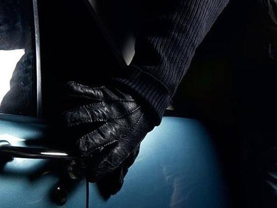 Трое мужчин ограбили припаркованную около торгового центра машину вВолгограде
