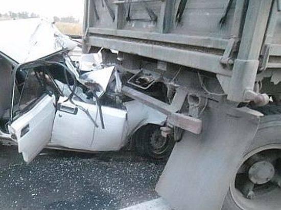 «Рено Логан» столкнулся с«Камазом»: двое погибли, трое госпитализированы вбольницу