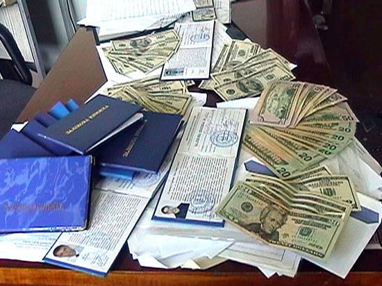 Размещено  видео задержания замдиректора ВолгГТУ завзятку в 50 тыс.  долларов