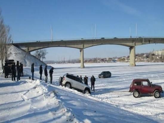 ВКамышине вседорожный автомобиль провалился встоковую ливневку