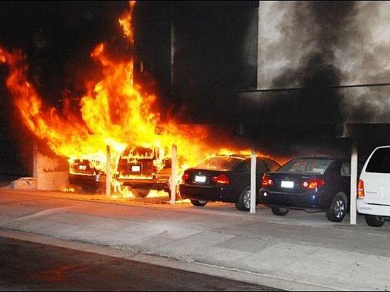 ВВолгограде водворе элитного дома сгорели 4 иномарки