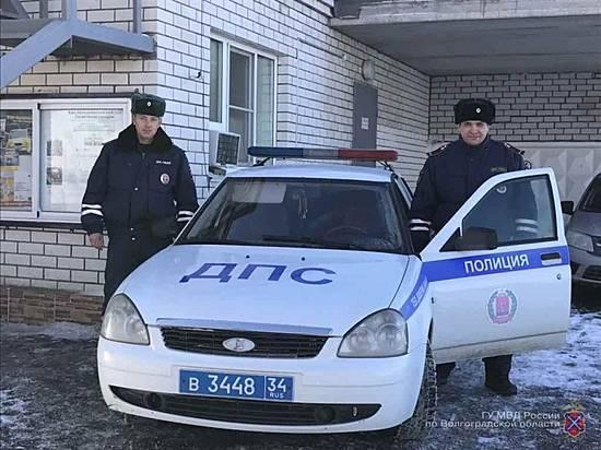 Инспекторы ДПС помогли семье сдетьми починить автомобиль натрассе под Волгоградом