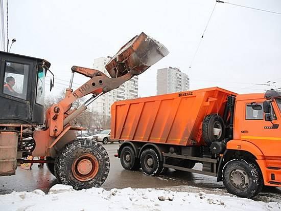 Неменее тысячи кубометров снега вывезли дорожники сулиц Волгограда