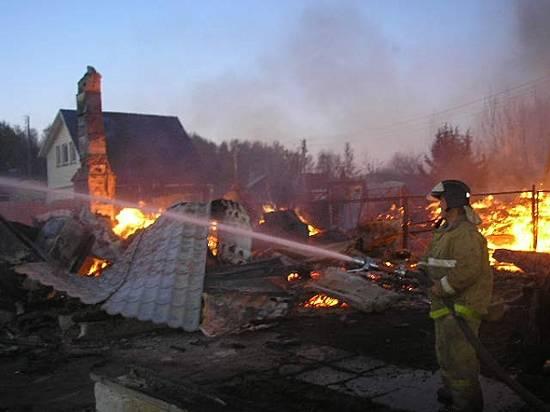 Под Волгоградом практически час полыхали 4 дачных дома