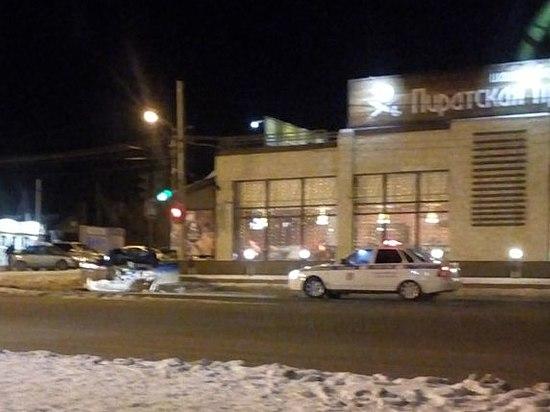 Вцентре Волгограда «Ладу» расплющило об«Волгу-Сайбер»