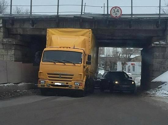 ВВолгограде под низким путепроводом застрял очередной грузовой автомобиль