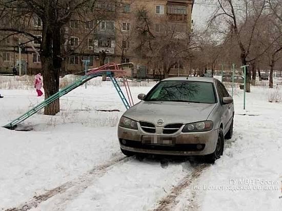 Наюге Волгограда Ниссан сбил надетской площадке девочку