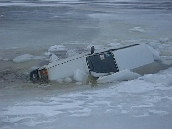 ВВолгограде шофёр умер вушедшей под лед «Ниве»