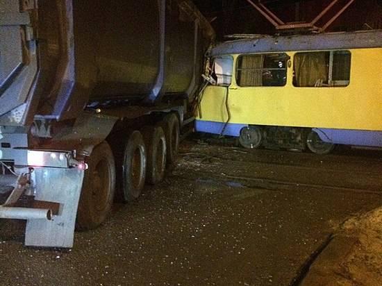 ВВолгограде трамвайный спецвагон уничтожен после столкновения с грузовым автомобилем