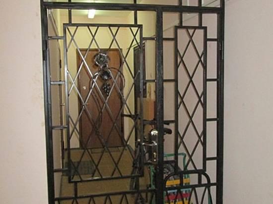 металлические двери со стеклами для черной лестницы в многоквартирном доме