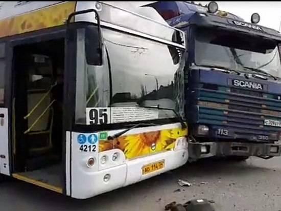 ВВолгограде фура столкнулась спассажирским автобусом «Питеравто»