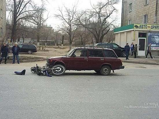 Свидетели: ВВолгограде ВАЗ сбил 2-х молодых людей намотоцикле