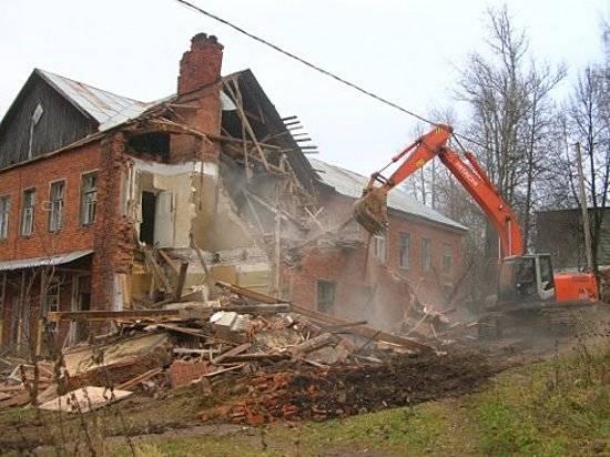 Под Волгоградом при разборе аварийного дома дерево задавило рабочего