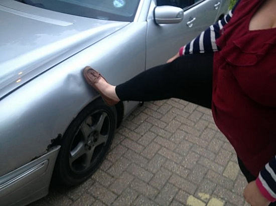 Пьяная волгоградка разбила ногами машину соседки поподъезду