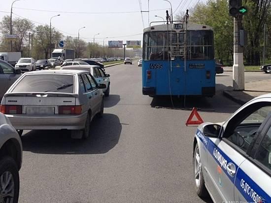 Шофёр «Гранты» врезался втроллейбус и исчез сместа ДТП вВолгограде
