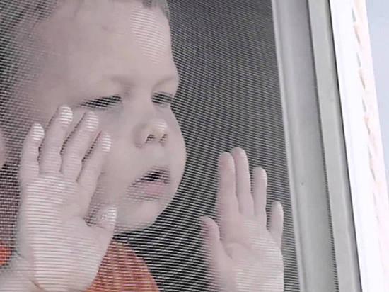 ВВолгограде измногоэтажки выпал 2-летний парень