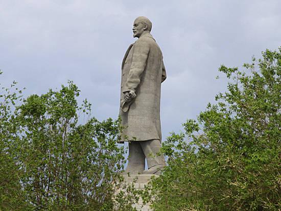 Волгоградец сломал обе пятки при прыжке с монумента Ленину